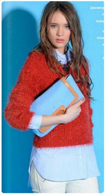 Красный пуловер, джинсовая рубашка, белые брюки, клатч-конверт, красные туфли