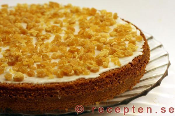 Enkelt recept på ambrosiakaka - en god sockerkaka med apelsinsmak glaserad med syltade apelsinskal. Som en en enkel tårta.