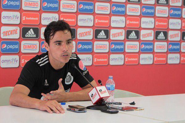 OMAR BRAVO RESPALDA AL 'GULLIT' PEÑA El delantero de las Chivas aseguró que Carlos Peña y toda la plantilla está comprometida para mejorar resultados. Desmiente lo de Jorge Sampaoli.
