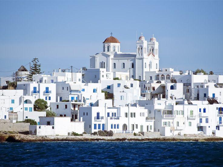 Paros e` la terza isola piu` grande del complesso delle Cicladi, nel cuore del Mar Egeo, a ovest di Naxos. Si tratta di una delle piu` pittoresche, belle e turistiche isole delle Cicladi, con storia lunghissima e innumerevoli bellezze naturali.  http://greeceviewer.com/odigos/it/Paros