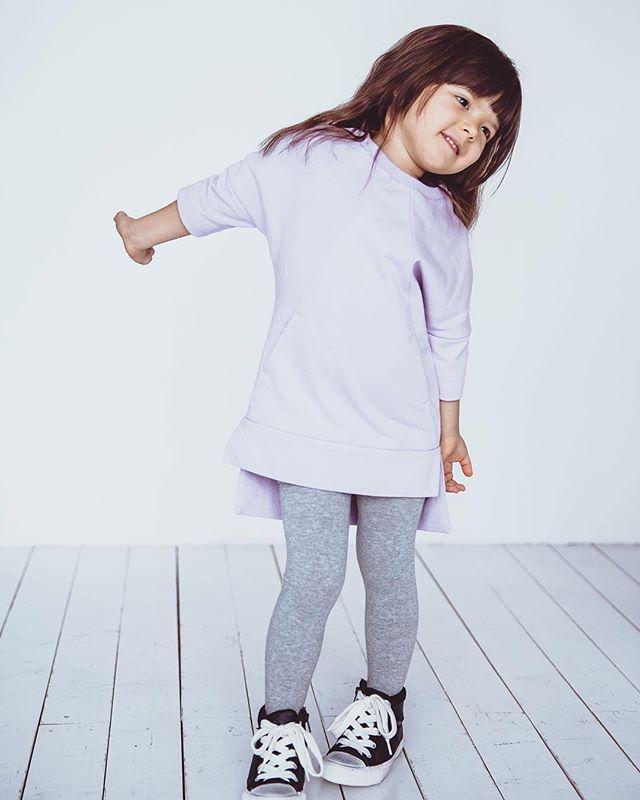 Очаровательная Сафия в платье-тунике лавандового цвета. Одежда #minima_lis изготавливается исключительно из качественных натуральных материалов, комфортна и безопасна. #minima_lis #детскаяодежда #модныедети #fashionkids