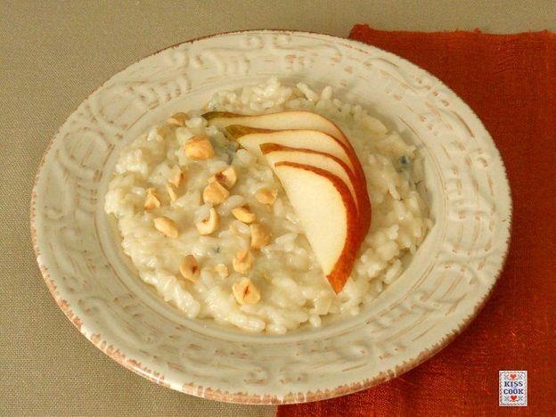 Risotto gorgonzola, pere e nocciole, un abbinamento molto usato, sempre buono e appetitoso. Il piatto non presenta nessuna difficoltà nella preparazione.