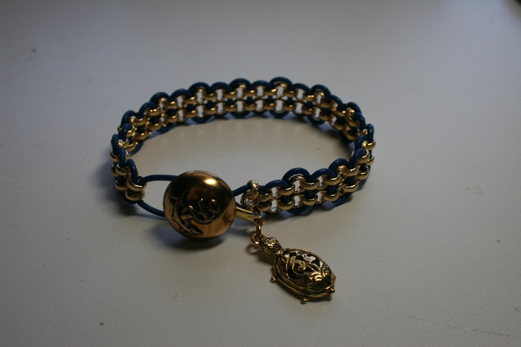 My daughter love turtles. So I made her this bracelet w/ a turtle charm.