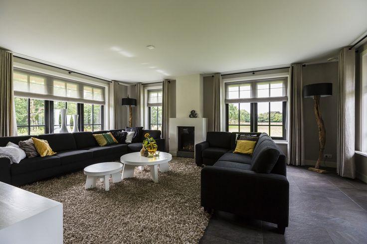 Landhuis woonkamer met strakke openhaard