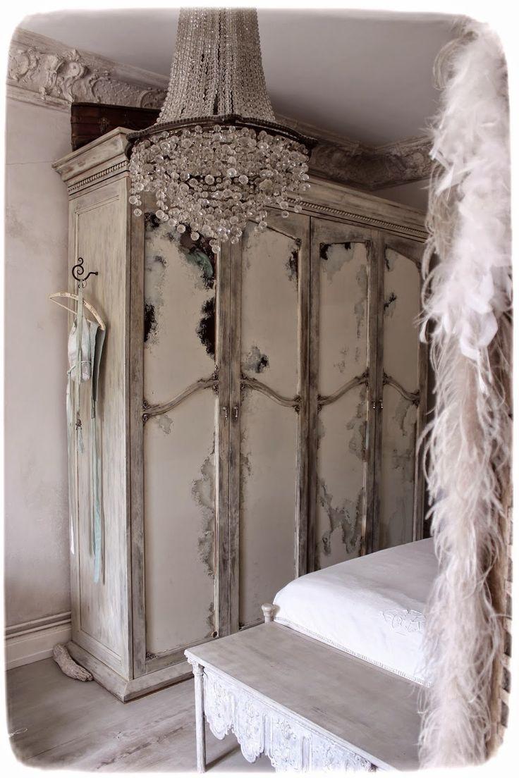 Méas Vintage: Ornamente an Möbeln eingefügt - Der majestätisch provencalische Kleiderschrank...