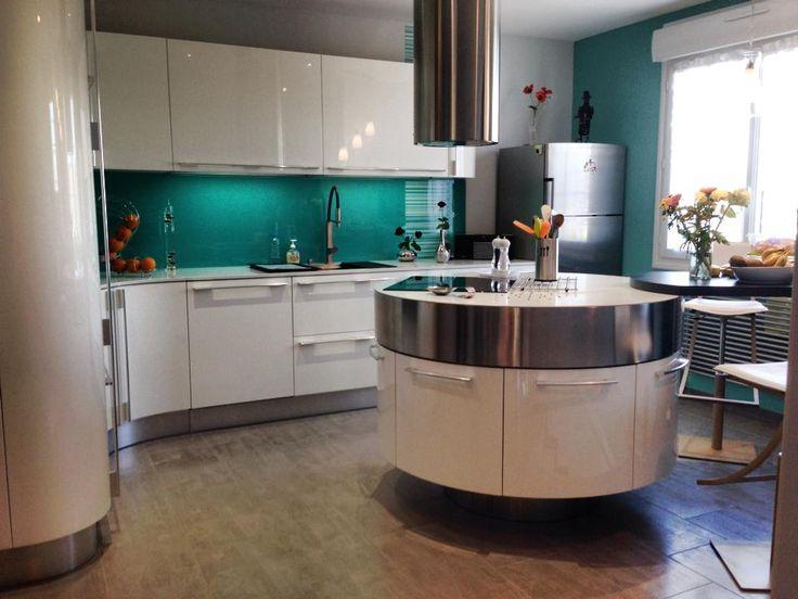 Witte keuken met afgeronde hoeken en rond kookeiland