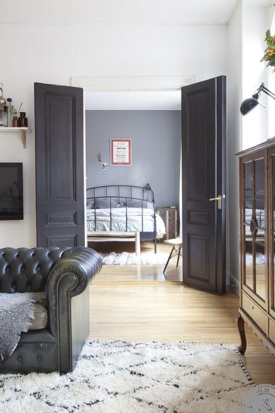 Här i en lägenhet vid Nytorget på Södermalm i Stockholm bor Amelia tillsammans med dottern Luca 2,5år. Hur länge har du bott här? I snart 3 år. Vad var det du föll för? De vackra välvda fönstren, jag hade likadana i min förra lägenhet. Vilket är favoritrummet? Vardagsrummet! Det är så stort att jag får …
