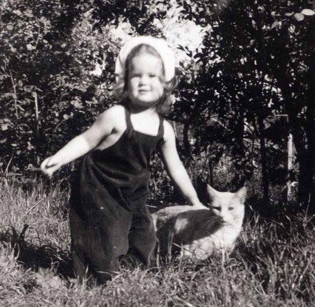 Diese Mädchen namens Juni und ihre Katze, Name unbekannt, 1938 | 30 Delightful Cat Photos From The '30s