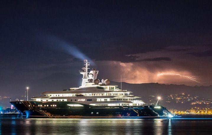 Al Mirqab. 10 самых дорогих яхт в мире.  На борту этого лайнера располагается 10 роскошных апартаментов, которые могут вместить не более 24 гостей. В каждом люксе есть ванная комната, большая гостиная и двухместная спальня. Сам же хозяин имеет две личные VIP- комнаты. Для экипажа предусмотрено 55 удобных кают.  Комфортный отдых обеспечивают кинотеатр, бар, вертолетная площадка и, конечно, солярий, джакузи с бассейном и большой выбор оборудования для водного спорта.