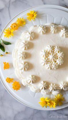 Torta de limón o Pisco Sour, una alternativa fresca y diferente. Bizcocho de limón muy esponjoso, rellena con crema de limón y cubierta en crema Chantilly y por supuesto remojada en Pisco. Tienes que probarla.