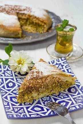 Pastela Marroquí de Pollo con Almendras - Asmae Mekrane, una joven cocinera y talentosa fotógrafa marroquí. Hoy compartirá con nosotros un refinado plato de la gastronomía marroquí - Se trata de una pastela o pastila o bastilla (en árabe, bastil·la بسطيلة) un plato en donde interactúan sabores salados y dulces con un delicioso aroma a canela, jengibre y azafrán.