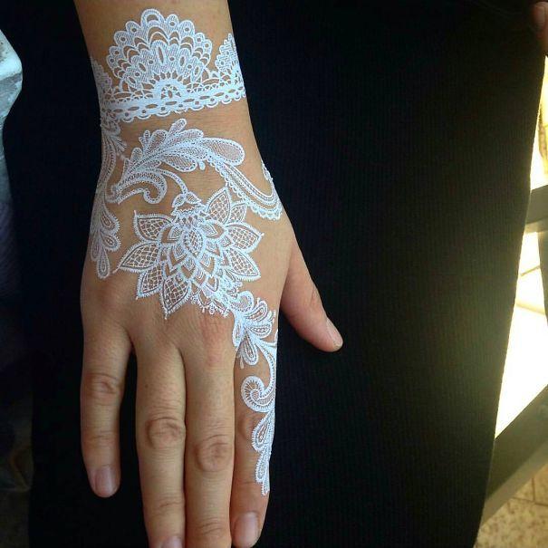Voici une série de tatouages au henné blanc qui ressemblent à de la dentelle.