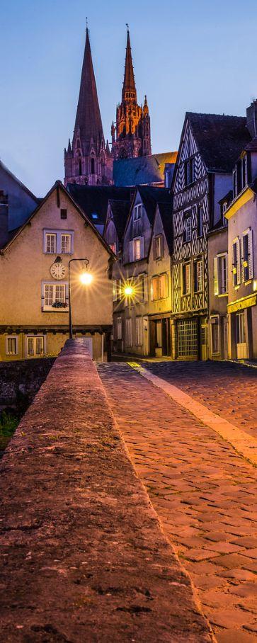 La ville de Chartres à la tombée de la nuit