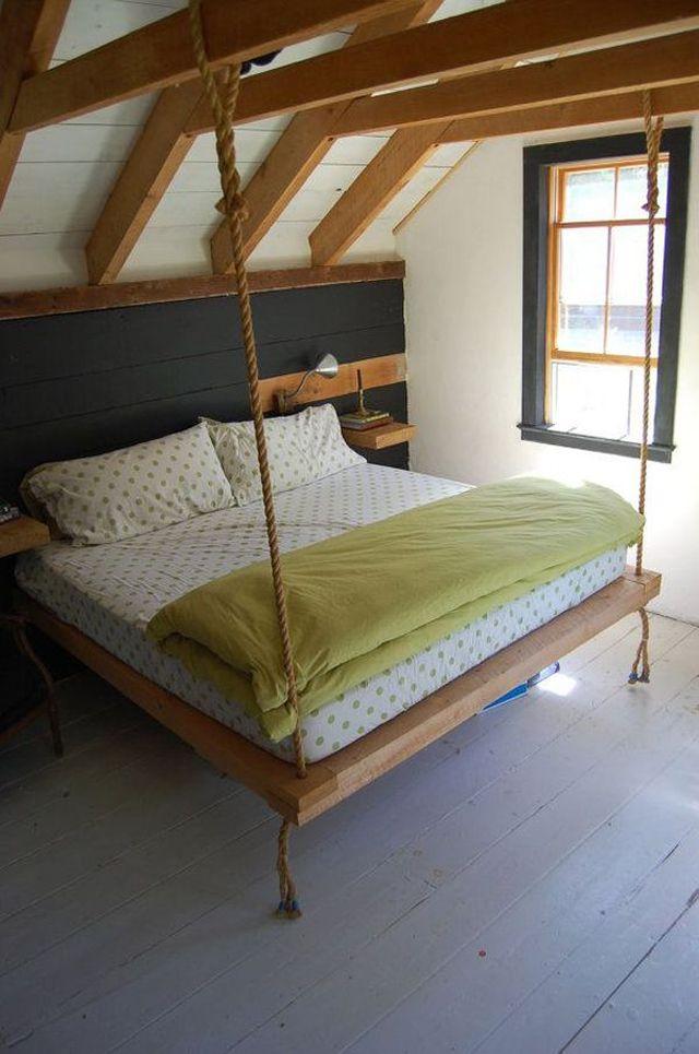 Lit suspendu classique dans un grenier aménagé  ( objet et meuble en palette )