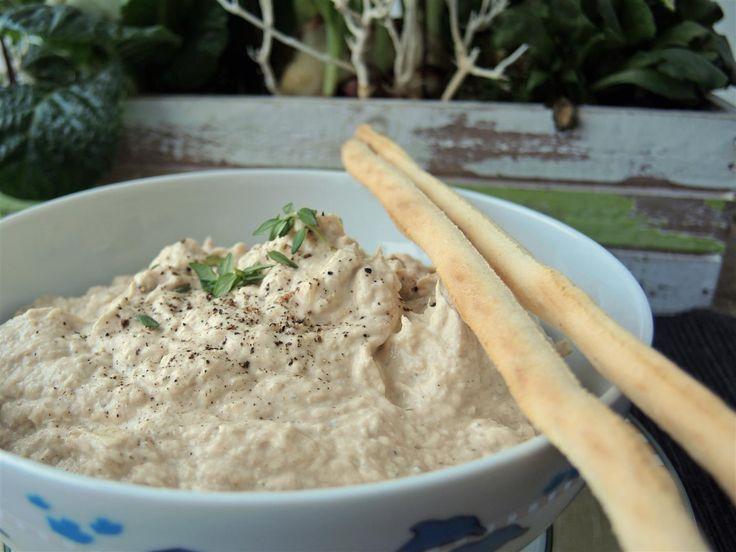 Dieser Dip mit Thunfisch und Kräuterfrischkäse ist supereinfach und superlecker, im Thermomix oder einem anderen Mixer ist er ganz fix angerührt. Thunfisch-Dip Zutaten für 4 -6 Portionen: 1 kleine Zwiebel, halbiert 1 Dose Thunfisch, natur, ohne Öl 200 g Kräuterfrischkäse ½ TL Kräutersalz 2 Prisen frisch gemahlener Pfeffer Zubereitung: Die Zwiebel in den Mixtopf geben