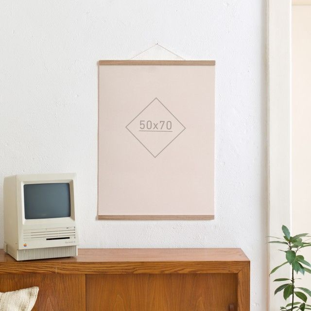 Die Magnetische Poster- und Bilderleiste Eiche 50 cmDer andere RahmenNeu im Sortiment: die Magnetische Posterleiste 50cm, passend für die gängige Postergröße 50 x 70cm und auch für A1 geeignet (s. Abbildung 2). In der magnetischen Posterleiste finden Bilder, Pläne, Plakate, Notizen, Skizzen, Kalender und vieles mehr den richtigen Ort, um ansprechend präsentiert zu werden. Dank der Magnete sind die Inhalte leicht austauschbar und schonend fixiert – der Inhalt bleibt unversehrt.Für eine…