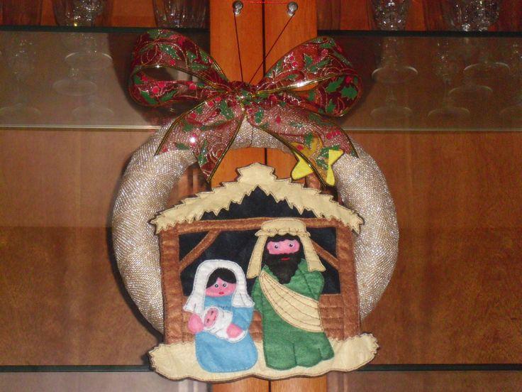 Nativity scene on a Xmas wreath. Nacimiento realizado en fieltro sobre una corona navideña.
