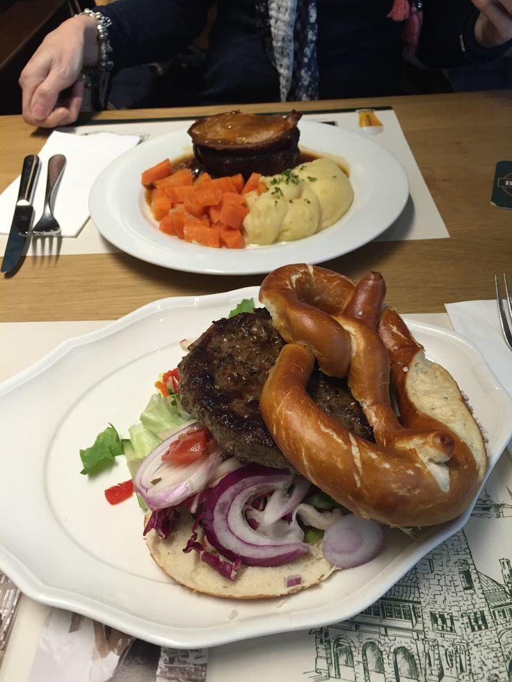 Brezelburger und Krustenbraten vom Spanferkel!  Mittagessen mit Tatty beim Blockbräu an den Landungsbrücken Hamburg.
