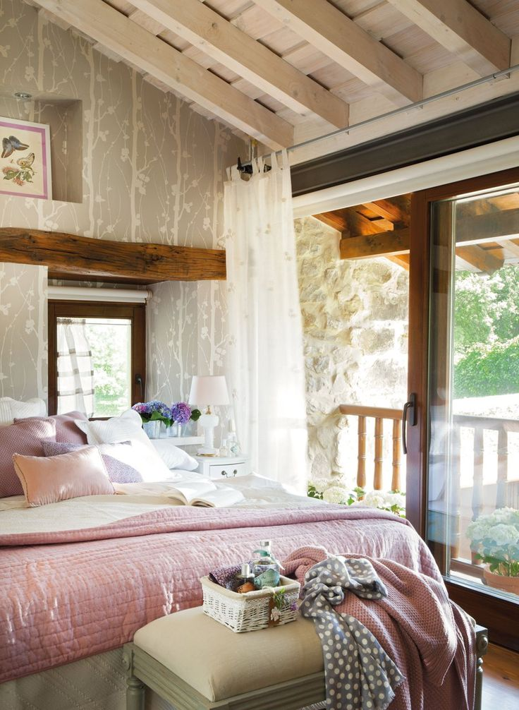 El dormitorio de invitados  Un papel de ramas en blanco y beige hace de cabecero en el dormitorio de invitados. Papel de la pared de Castora...
