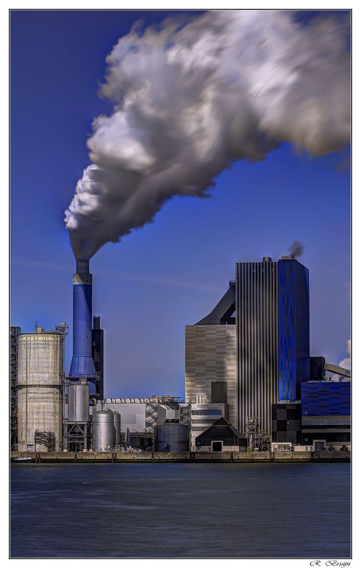 https://flic.kr/p/tr6Z7e | Smoking HDR | op de Eerste Maasvlakte staat een kolen- en biomassa gestookte centrale van 800 MW. Het aandeel van de biomassa - voornamelijk hout - kan maximaal 50% bedragen. Deze centrale werd in 2014 in bedrijf genomen. Bij de bouw wordt rekening gehouden met de mogelijke toepassing van de afvang en opslag van CO2.[6] De brandstof voor de centrale komt van het naastgelegen Europees Massagoed Overslagbedrijf.