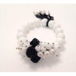 Bracciale elastico bianco in pietra dura con rose nere e nappina di perle