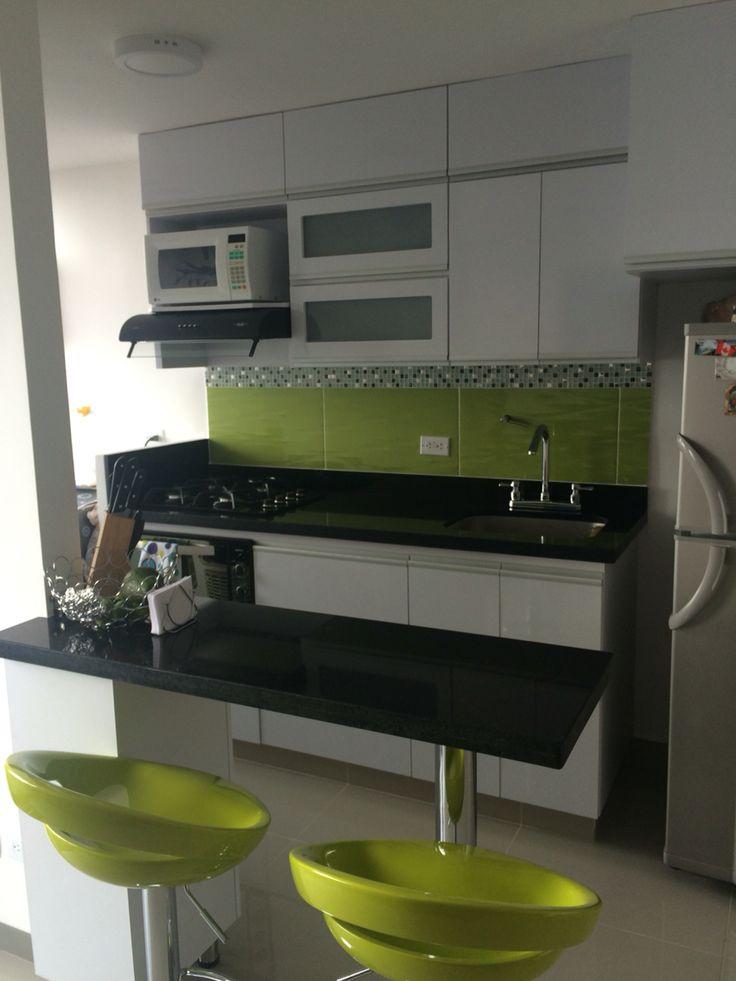 Cocina moderna colores predominantes blanco y verde lim n for Enchapes cocinas modernas