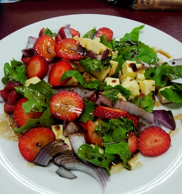 Hungry Hubby's Lunches: Strawberry, Mozzarella and Rocket Salad