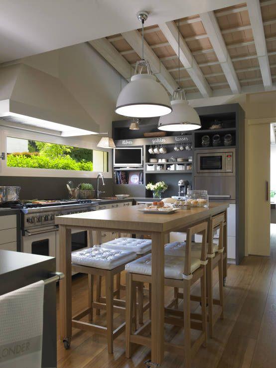 La isla es el área para los desayunos de diario : Cocinas de estilo moderno de DEULONDER arquitectura domestica