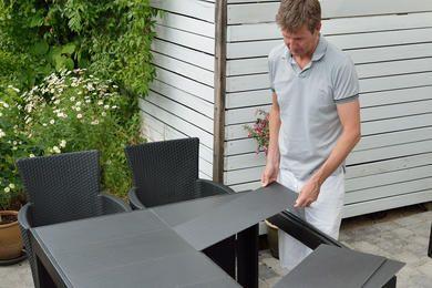 Behöver du ett snyggt och billigt utebord? På bara en dag kan själv bygga ett elegant bord av trä och klinker. Se här hur du gör.