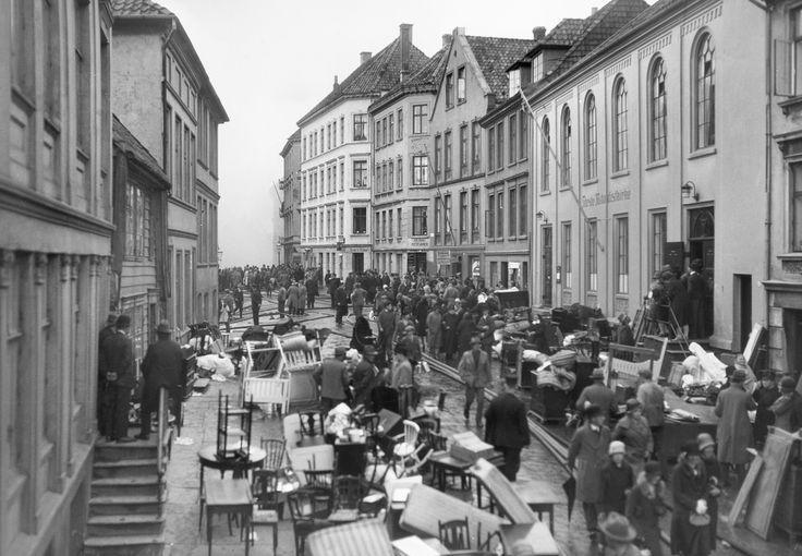 [Brann på Nøstet 16.05.1930. Tømming av hus i Skottegaten] fra marcus.uib.no