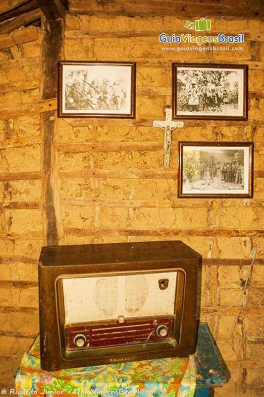 As trilhas que contam a história marcante do cangaceiro mais famoso do Brasil, Virgulino Ferreira da Silva, o Lampião, são cheias de desafios, riquezas naturais e muita, muita história! Através de canções e relatos, chamados causos, os visitantes caminham por passagens esquecidas pelo tempo, com início a bordo de um catamarã, no Cais de Piranhas, a cidade ribeirinha em Alagoas, rumo a outro município: Poço Redondo, em Sergipe.