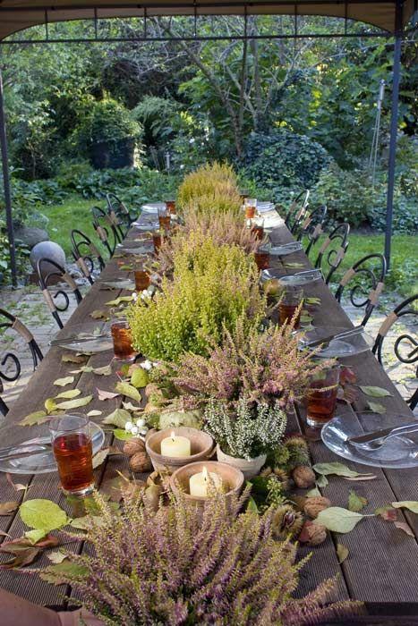 Tischdekoration mit natürlichen Materialien wie Heide in Kombination mit Nüssen, Kastanien und Blättern #dekoration #garten #herbst