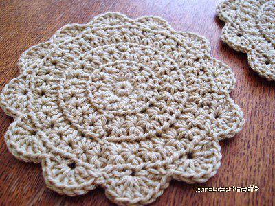 試し編みしていた円形のスタークロッシェをコースターに仕上げました♪縁編みをどうしようか迷って、シンプルな細編み・細編み+ピコットと試してみましたが、このお花みたいなのが一番しっくり^^スタークロッシェって、初めてちゃんと
