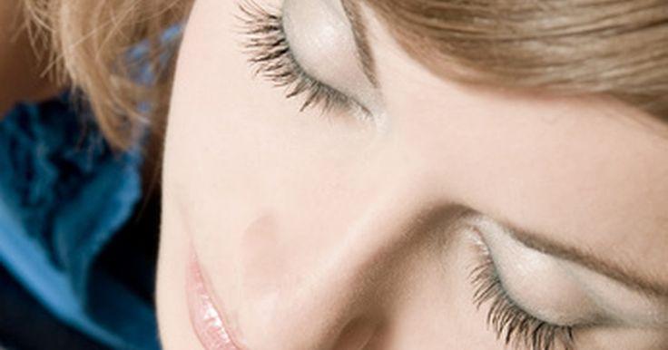 Consejos para afinar la nariz. Tener una nariz ancha afecta la forma y la apariencia del rostro. Los arreglos permanentes que afinan la nariz se limitan a una cirugía plástica. La rinoplastia (reparación de la nariz) puede estrecharla o alargarla, de modo que el ancho es menos considerable. Sin embargo, el procedimiento puede ser costoso y requerir un período de inactividad, lo ...
