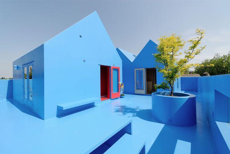 MVRDV- Didden Village, 2006, Rotterdam. Agence d'architecture et d'urbanisme néerlandaise fondée en 1993. Le sigle MVRDV emprunte les initiales des patronymes des trois architectes fondateurs : Winy Maas (1959- ), Jacob van Rijs (1964- ) et Nathalie de Vries (1965- ).