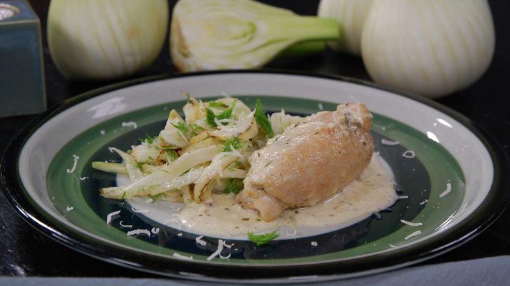 Saftiga kycklingrullader med en gräddig sås - vem kan säga nej till den vardagsmaten? Mascarponesåsen får fräschör av citronen, och med en knaprig fänkålssallad till blir middagen klar i ett nafs. Idag kan man köpa färdigt urbenade kycklinlår som har mera smak än vanliga fileer. Att dom är billigare gör inte saken sämre.