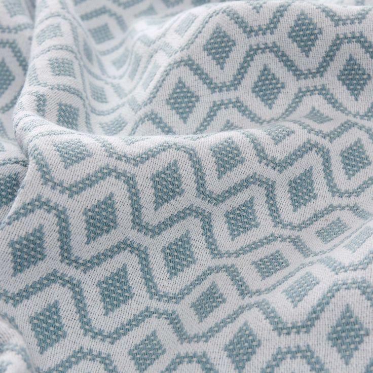 """URBANARA Tagesdecke/Bettüberwurf """"Viana"""" - 100% Baumwolle, Graugrün/Weiß mit geometrischem Diamantmuster – 240 x 265 cm: Amazon.de: Küche & Haushalt"""