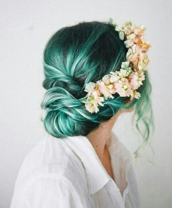 Green hair with light highlights