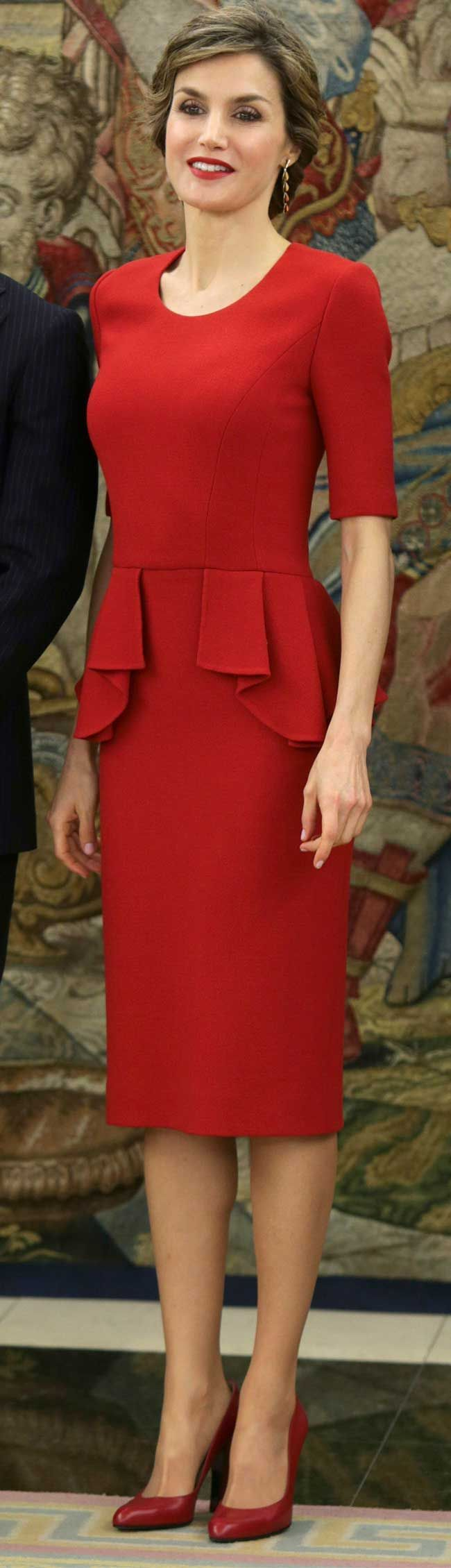 For both events (22 abril, 2016), Queen Letizia opted to recycle her red Carolina Herrera stretch-wool peplum dress. The dress made it's debut in October last year at the World Food Day ceremony in Milan.