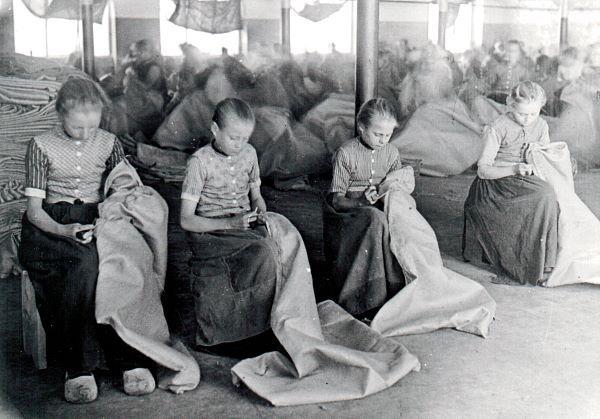 Verzet tegen kinderarbeid 19e eeuw     De werkplaats uit, de school in