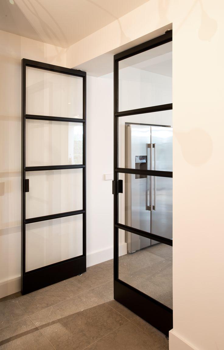 Dubbele stalen taats deur met het FritsJurgens taats systeem. De deuren zijn geplaatst in de doorgang van de keuken naar de hal. Er is gekozen voor een voor traditioneel vier vlaks verdeling met aan beide zijde van de deur het zelfde aanzicht. De coating is een matte structuur lak.