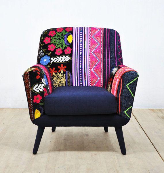 hecho a mano sillón de los años 50 estilo tapizado con telas Hmong Tailandia en estilo patchwork y vintage Suzani. El asiento, la espalda, lados y las piernas están cubiertas con tela de folma de algodón color azul marino. Marco de madera de haya se hace de la madera dura secada al horno. Pieza única muy cómodo y elegante.  End-to-end dimensiones (cm): 75 cm ancho x 85 cm de altura x 80 cm de profundidad; altura de asiento 45 cm  ** Dirección de entrega envío por carga aérea de UPS ** Tu…