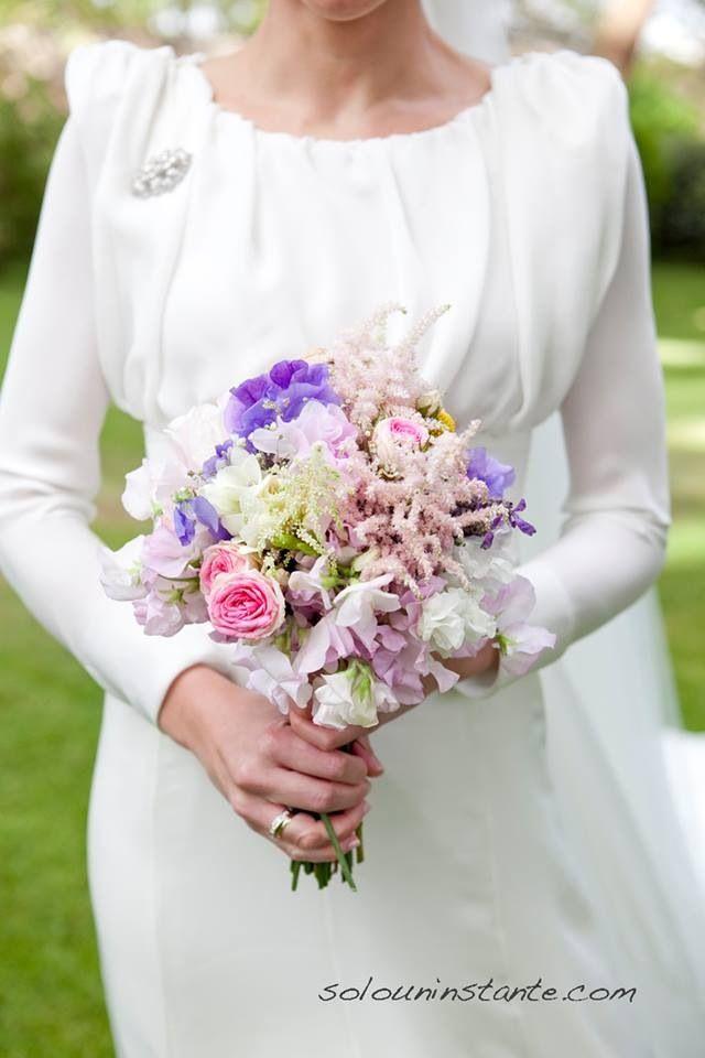 Ramo de novia. Guisantes de olor, peonias, rositas ramificadas, craspedia, flor de cera, paniculata rosa, astilbe