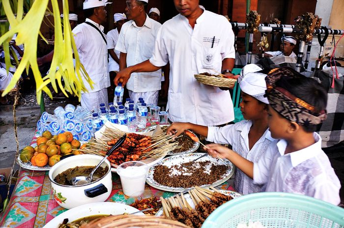 Scrumptious: The host of Odalan provides various meals for the the congregation members. (Photo by Raditya margi)