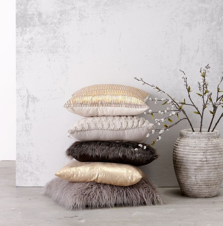 Je interieur maak je klaar voor de winter met behulp van kussens! Ga jij voor een gebreid patroon, voor zacht en harig of voor chic goud? #kussens #goud #interieur #wonen