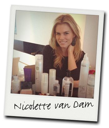 De make-up tas van Nicolette van Dam: Parfum: Not A Perfume van Juliette Has A Gun Foundation: Anti-aging foundation SPF15 van La Prairie. Shampoo/conditioner: Caviar Blonde van Alterna. Wenkbrauwpotlood: Spiked eyepencil van MAC. Mascara: Black 2000 calories van Max Factor. Gezichtsmasker: Hydramax Active Crème van Chanel