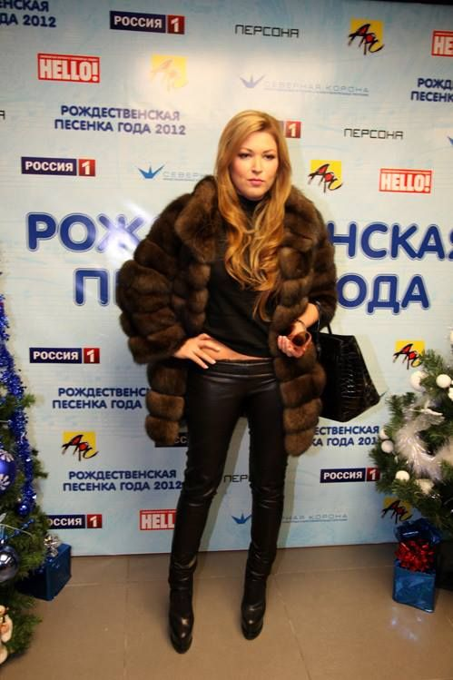 The dress code for Russian parties is simple really:  - $50,000 Barguzin sable coat (preferably Fendi, Helen Yarmak, Dennis Basso or the like),  - $15,000 Hermes croc bag,  - $2,500 leather tights (Jitrois, Balmain or the like) - $1,200 Christian Louboutin boots  Select sunglasses, tops, etc from the most expensive designers:)