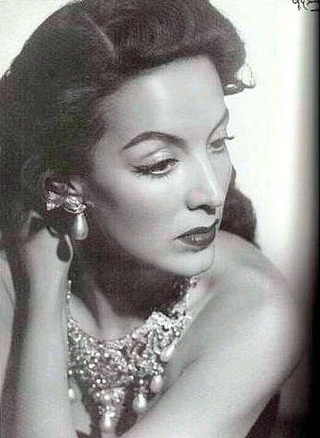 Maria Felix con sus famosas joyas, Mexico.