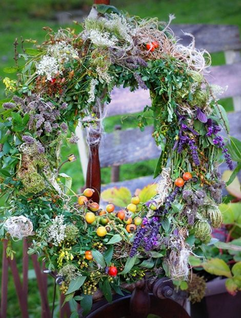Hagebutte, Buchs, Violetter Basilikum und die Samenstände einer Clematis vereinen sich zu einem herrlichen Gebinde.