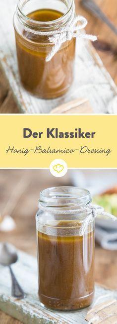 Die Geheimwaffe für alle leckeren Blattsalate: Olivenöl, Balsamico, Knoblauch, Honig und ein paar Gewürze – schon ist das schnelle Salatdressing fertig.